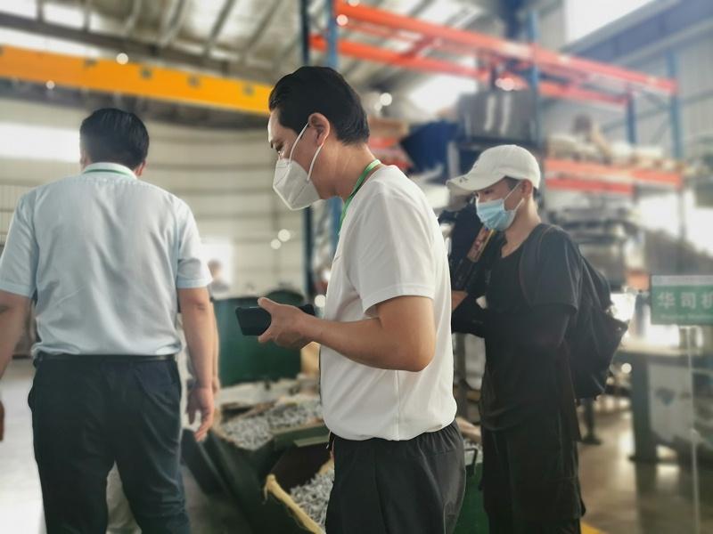 杨总与轻钢企业家共同参观生产车间