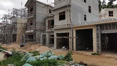 县委副书记、县长马春明到通海县者湾村一组调研灾后轻钢房重建项目